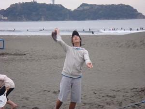 2008年3月鵠沼海岸 ういういしい山本NAO君のビーチテニス初体験。