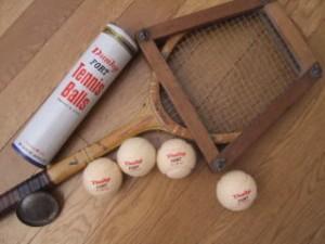 ラケットプレスと白いボール