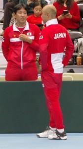 第2セット終了時の岩淵キャプテンと嶋田コーチ。この時のジェスチャーからしてボレッリの片手バックについて話していたように思います。