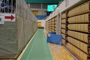 こちらはスタンドの裏です。会場は本来は体育館でそこにテニスコートを敷き詰めていたようです。