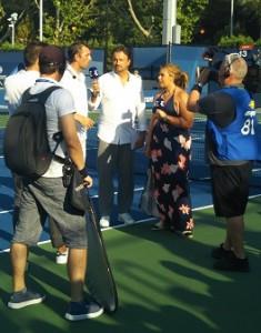 試合後にフランスのテレビ局のオンコートインタビューがあり、バルトリとルコントが来ていました。この収録中に次の試合の女子選手が入場してきてしまうというハプニングもありました(笑)