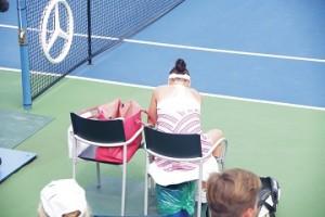 ベンチに座っているラドバンスカ。いわゆるスポーツバッグではなく、普通のトートバッグを使っていました。