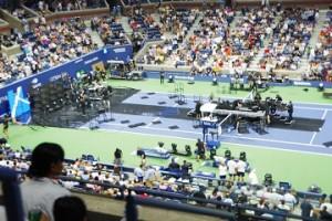 ライブステージを撤収するスタッフ達。8時試合開始予定で、本当にギリギリまでライブをやっていました。