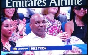 コートチェンジの間に観戦に来ている著名人の姿がオーロラビジョンに映ります。こちらはマイク・タイソン。
