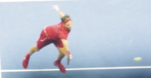 ボールに飛びつくフェデラー