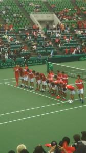 ファンにお辞儀する日本チーム