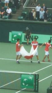 せっかく日本の国旗が選手のところに来たのですが、マクラクラン、内山、岩淵監督がWOWOWのインタビューに行ってしまい、ダニエル、西岡、綿貫の3人だけ。あまり盛り上がらず。