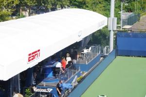 練習コートの脇にはWOWOWの放送スタジオがあります。