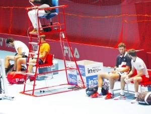 試合終了後、なぜか両ペアともすぐには退場せず、ちょっと休憩。